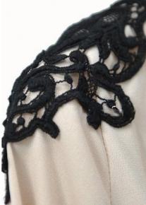 Элегантное платье с кружевными плечиками