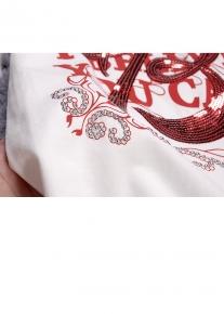 Украшенная пайетками футболка с красивыми рукавами