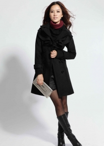 Двубортное пальто с английским воротником окруженным оборочками
