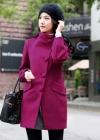 Модное пальто со стоячим воротником и расходящимися краями подола
