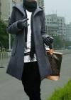 Серое пальто с капюшоном и широкими накладными карманами